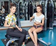 2 близнеца для того чтобы сыграть спорт в спортзале Стоковые Изображения