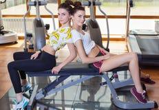 2 близнеца для того чтобы сыграть спорт в спортзале Стоковое Изображение