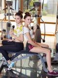 2 близнеца для того чтобы сыграть спорт в спортзале Стоковые Изображения RF
