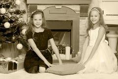 Близнецы девушек с рождественской елкой подарков e Стоковая Фотография