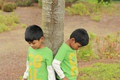 близнец 2 братьев мальчиков счастливый Стоковая Фотография RF