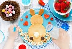 Блинчики зайчика пасхи, творческая идея для завтрака пасхи детей Стоковое Изображение RF