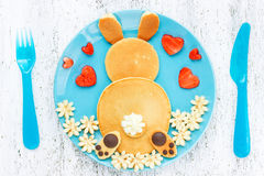 Блинчики зайчика пасхи, творческая идея для завтрака пасхи детей Стоковое Фото