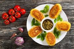 Блинчики картошки заполненные с мясом цыпленка на белой плите Стоковые Фото