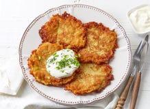 Блинчики картошки на белой плите Стоковое Изображение
