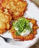 Блинчики картошки на белой плите Стоковое Фото