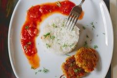 Блинчики картошки с рисом и томатным соусом Стоковое фото RF