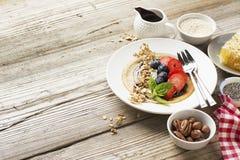 Блинчики овсяной каши в сковороде на деревянном столе Стоковая Фотография RF