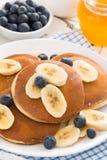 блинчики с бананом, медом и голубиками для завтрака Стоковая Фотография RF