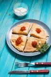 Блинчики с красной икрой на плите суп русского кухни крупного плана borscht стоковые изображения