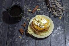 Блинчики с маслом и медом на черной предпосылке Стоковая Фотография RF