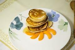 Блинчики с медом и абрикосом Стоковые Изображения