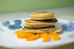 Блинчики с медом и абрикосом Стоковое Изображение