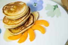 Блинчики с медом и абрикосом Стоковые Изображения RF