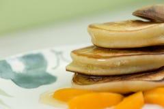 Блинчики с медом и абрикосом Стоковая Фотография RF
