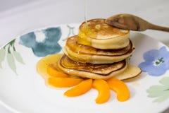 Блинчики с медом и абрикосом Стоковое Фото