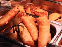 Блинчики с начинкой в китайском ресторане шведского стола стоковая фотография rf