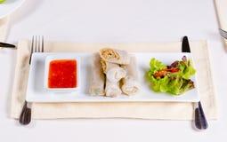Блинчики с начинкой с свежим салатом и сладостным соусом стоковое изображение rf