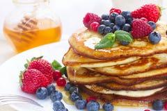 Блинчики с свежими ягодами и медом Стоковые Фотографии RF