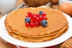 Блинчики с свежими ягодами на конце-вверх плиты Стоковое Фото
