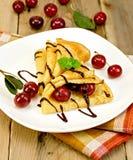 Блинчики с сиропом вишни и шоколада с салфеткой Стоковое Изображение