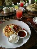 Блинчики с тропическим плодоовощ, деталем завтрака Стоковые Изображения