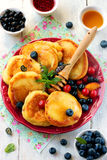Блинчики с ягодами, плодоовощ и медом Стоковое фото RF