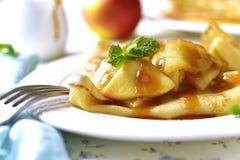 Блинчики с caramelized соусом яблока и карамельки Стоковая Фотография