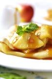 Блинчики с caramelized соусом яблока и карамельки Стоковые Изображения RF