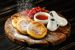 Блинчики творога с сладостными соусами стоковая фотография rf