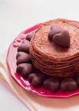 Блинчики шоколада и шоколады в форме сердца Стоковое Изображение