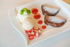 Блинчик и плодоовощ с мороженым на таблице Стоковое Изображение
