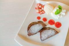 Блинчик и плодоовощ с мороженым на таблице Стоковые Фотографии RF
