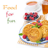 блинчик мозоли с свежими ягодами, изолированными чаем и медом, Стоковое Изображение RF