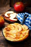 Блинчик младенца Яблока циннамона голландский в железном лотке стоковое изображение rf