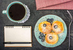 Блинчик сыра с взгляд сверху голубик, кофе и тетради стоковое фото rf