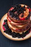 Блинчик с свежими ягодами и голубика сжимают на керамическом взгляд сверху плиты Стоковая Фотография