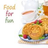 Блинчик с свежими ягодами, чай мозоли мини, мед Стоковые Фотографии RF