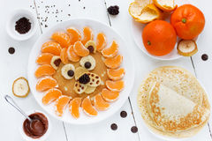 Блинчик льва с ягодой банана шоколада tangerines Еда fo потехи Стоковое Изображение RF