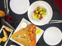 Блинчик, яичница и части посоленных семг, vegetable салата Стоковое фото RF