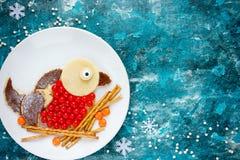 Блинчик bullfinch птицы зимы с клюквой и шоколадом для b Стоковая Фотография