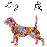 Бдительная собака бигля с цветом цветет над белизной Стоковые Фотографии RF