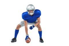 Бдительный американский футболист в позиции нападения стоковое фото rf