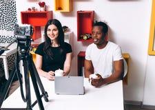 Блоггеры, новое дело, запуск Человек и женщина стоковое изображение rf