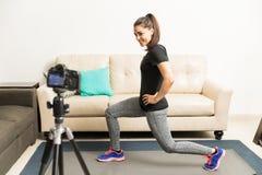 Блоггер фитнеса демонстрируя тренировку Стоковые Фото