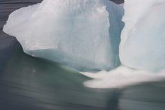 2 блока льда в пропуская реке, Исландии Стоковое Фото