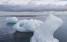 3 блока льда на пляже, Исландии Стоковая Фотография RF