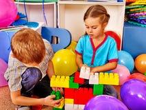 Блоки игры детей группы на поле Стоковые Изображения