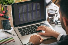 Блоки памяти сервера компьютера на экране компьтер-книжки стоковая фотография