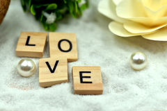 Блоки романтичной влюбленности деревянные на белых песках Стоковые Изображения RF